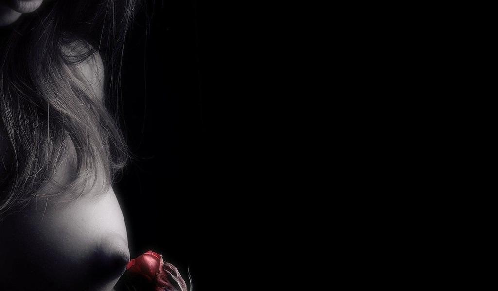 Обнаженная женская грудь Эротичные соски, мокрая женская грудь, возбужденны