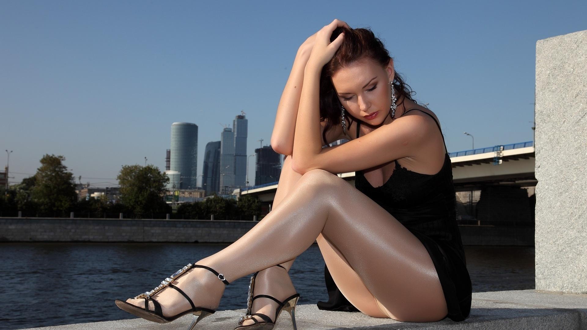 Обои - Девушка в колготках на мосту, красивые картинки, фото, заставки