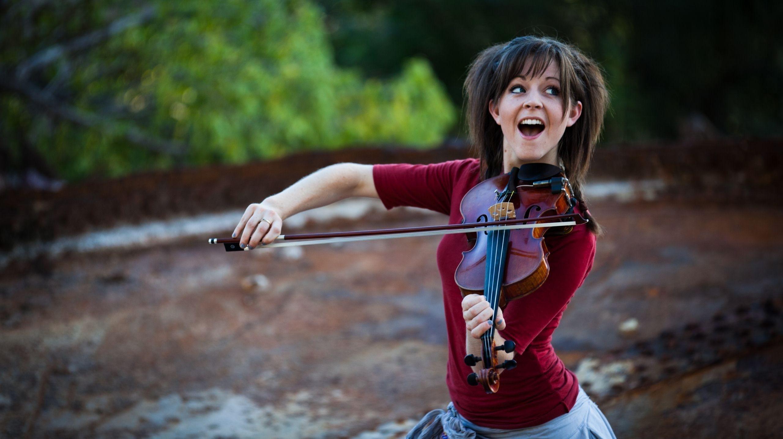 Секси девушка со скрипкой