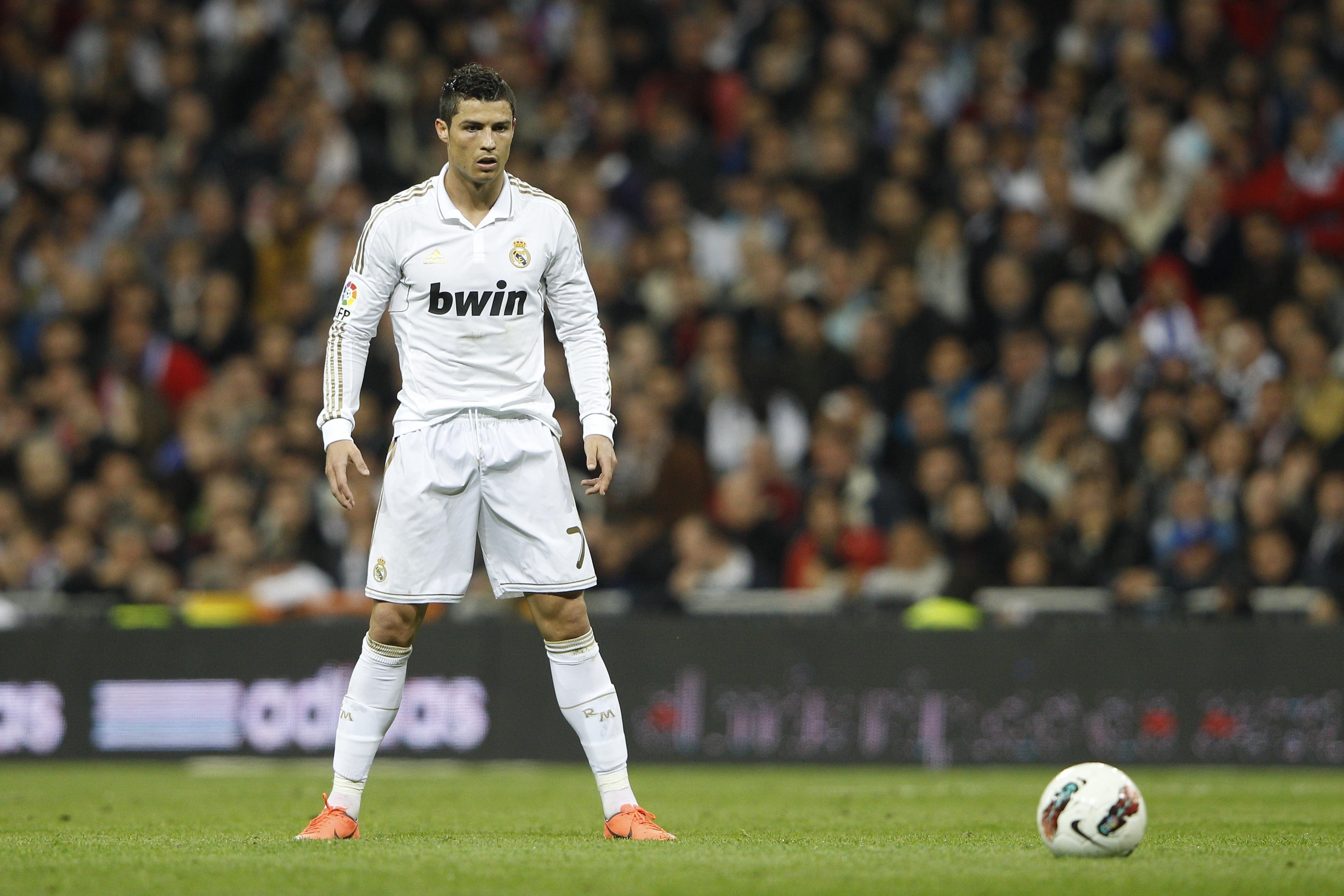 Oboi Real Madrid Shtrafnoj Ronaldu Cristiano Dlya Rabochego Stola Kartinki Sport Na Rabochij Stol