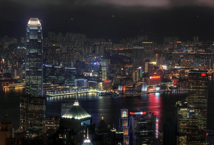 Вид с верху ночной город огни в окнах