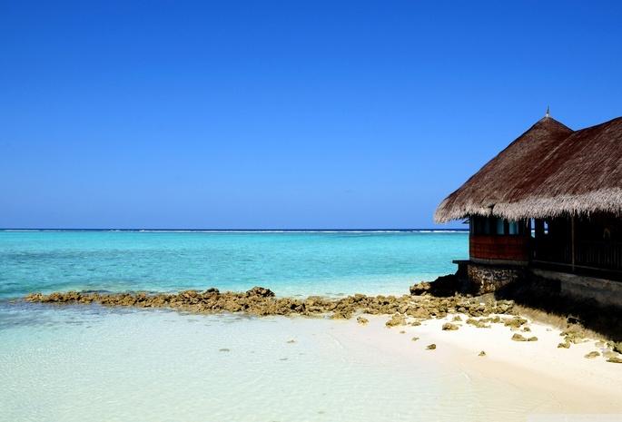 Домик на берегу моря песок