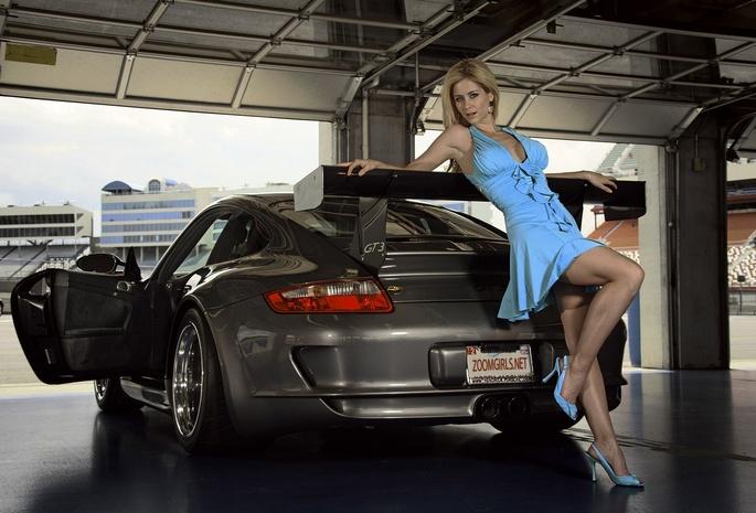 блондинка в машине фото
