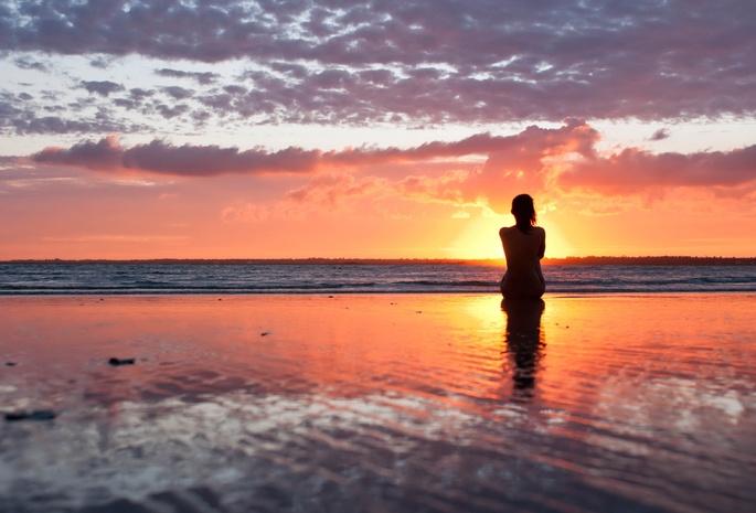 Девушки на море, голая девушка на берегу моря