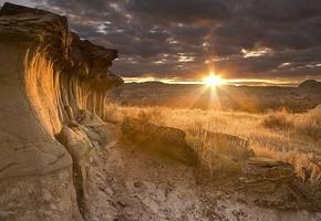 звезда по имени солнце, песочные породы гор, сухая трава