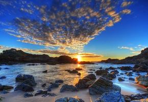 фонтан облаков, закат, камни у моря