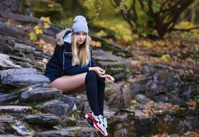 Девушка, осень, камни