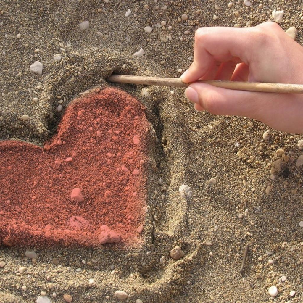 Рисунок руками на песке