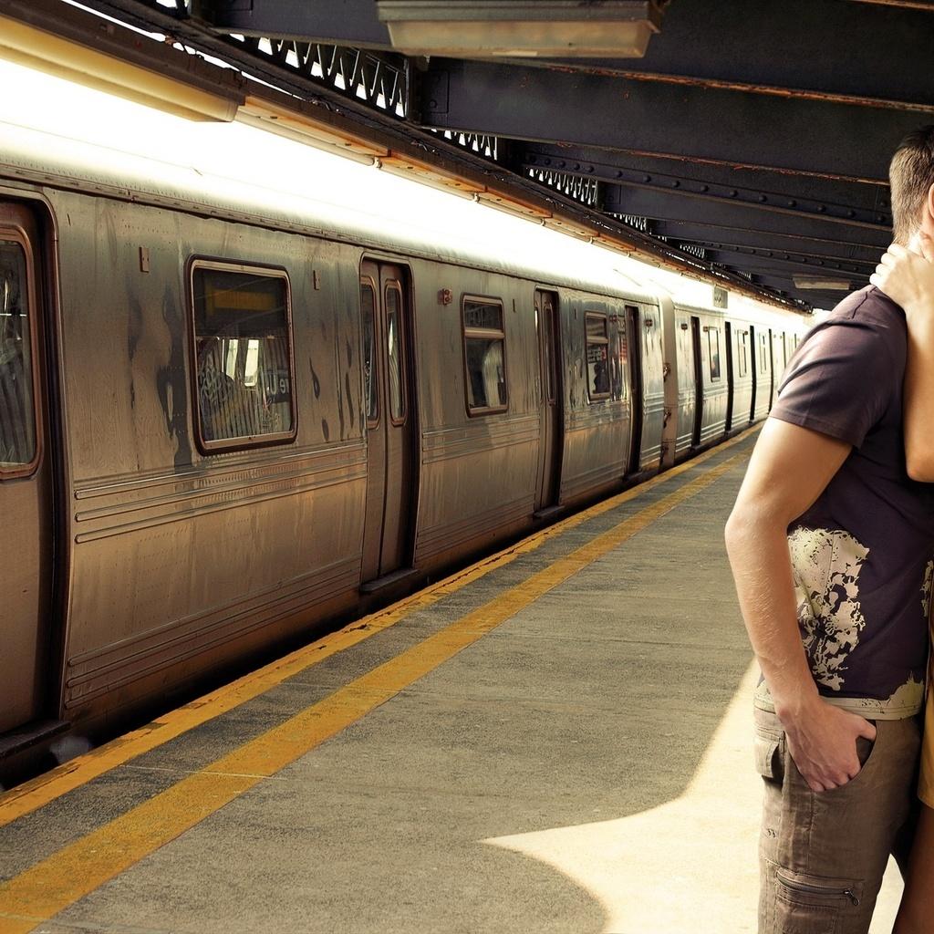 Фото девушек на фоне поезда 15 фотография