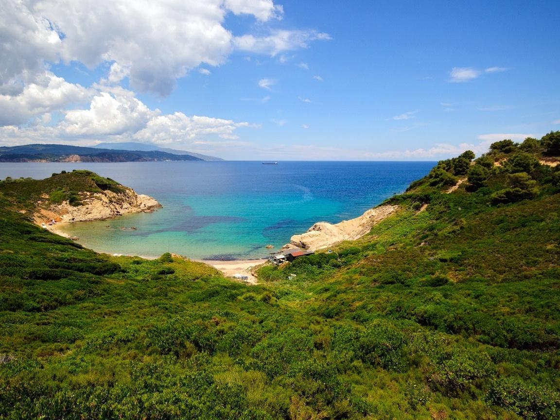 взгляд с горы, травка, камни, вода, небо, вид, пейзаж, панорама, ландшафт, горы, лето, побережье, зелень, растительность,облака,залив, бухта, горизонт