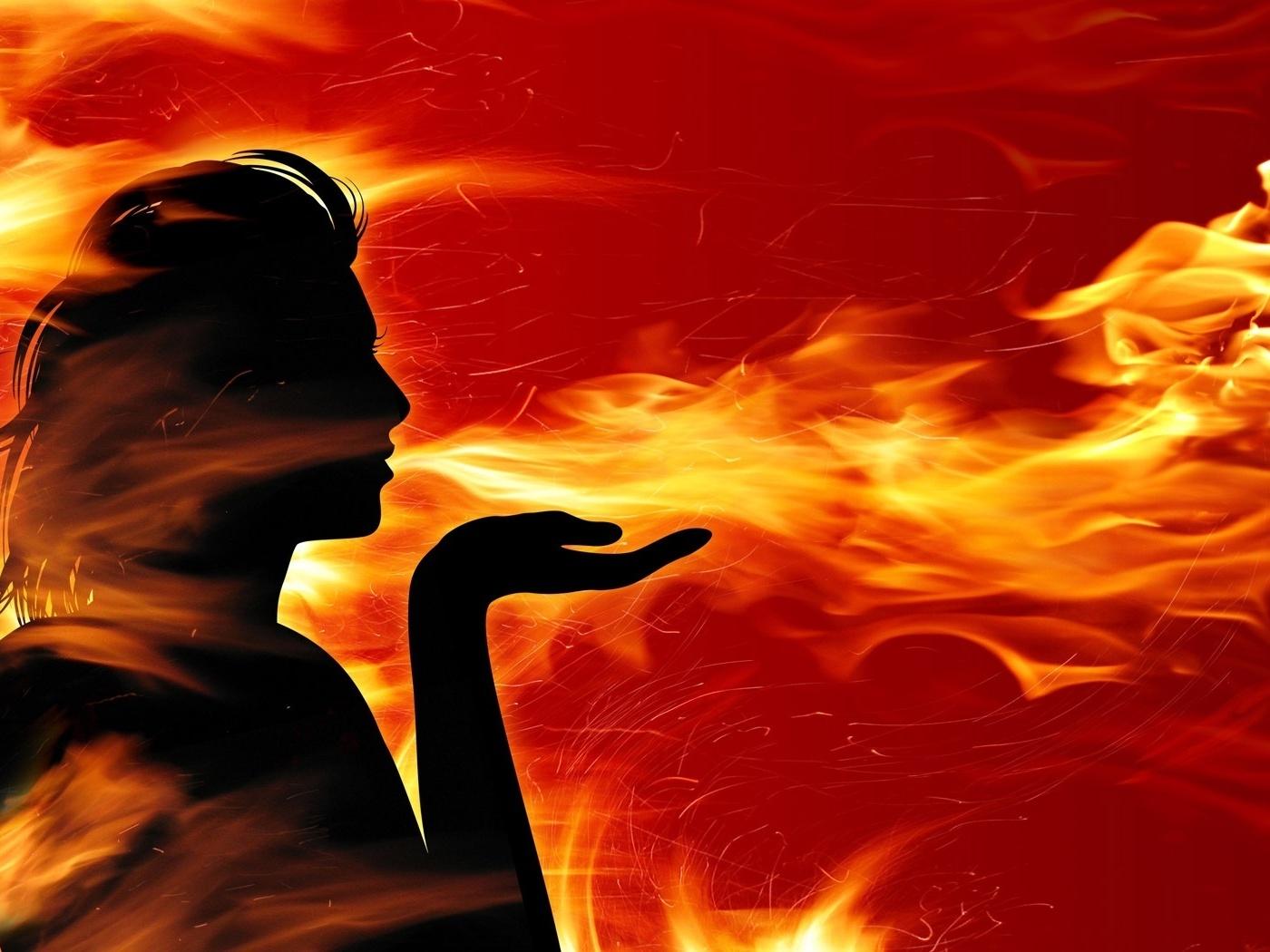 Тень девушки языки пламени огонь