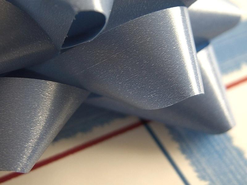 подарочная упаковка, синий бантик, полоски