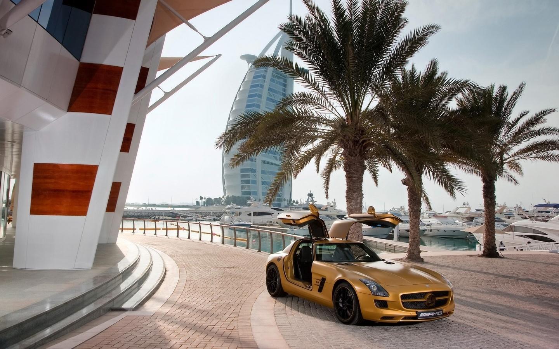 тепло, Mercedes, яхты, пальмы, benz, дубай, абу-даби, отель, дорога, желтый, мерседес, sls, дубаи, небо, пальмы, яхты, море, океан, спортивные авто, транспорт, авто, автотранспорт