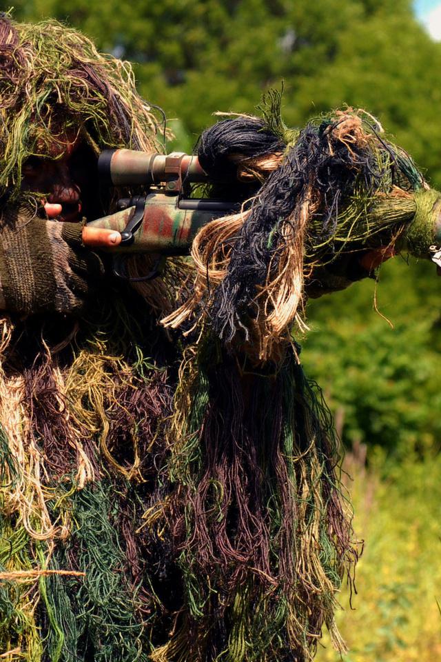 Снайпер, солдат, винтовка, камуфляж, стрельба, на вскидку, прицел, оптика, лес, трава, стрелок