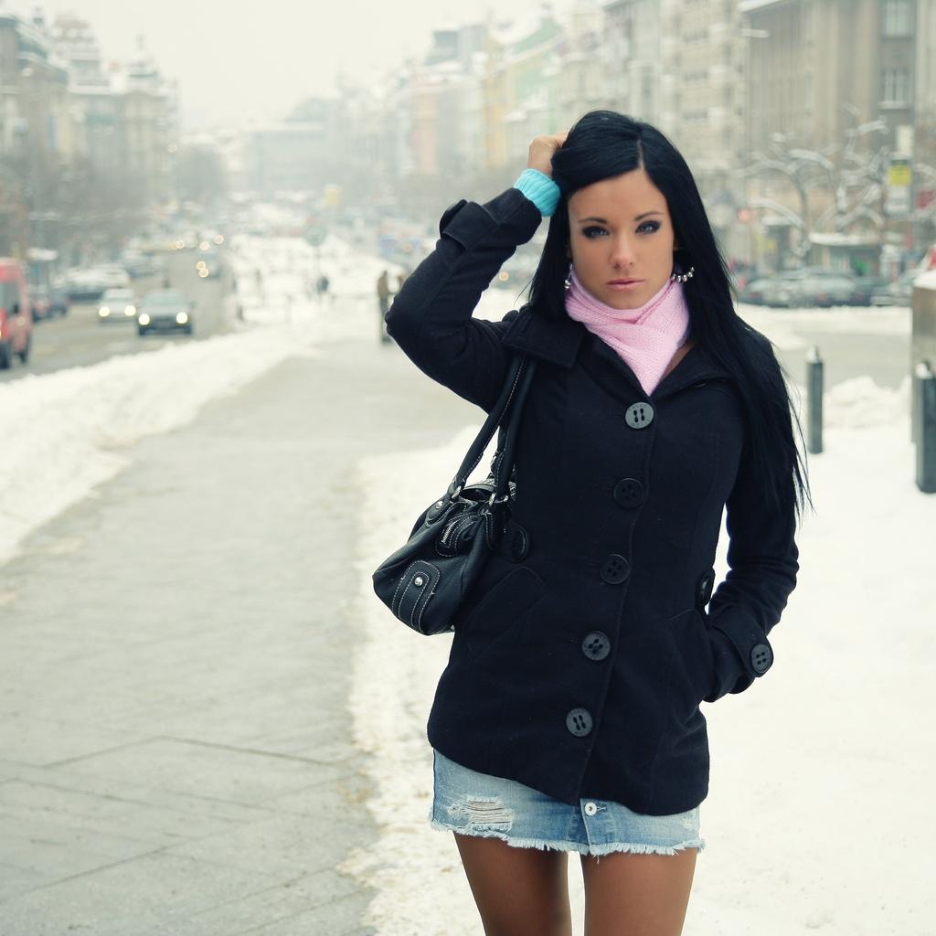Красивая брюнетка зима