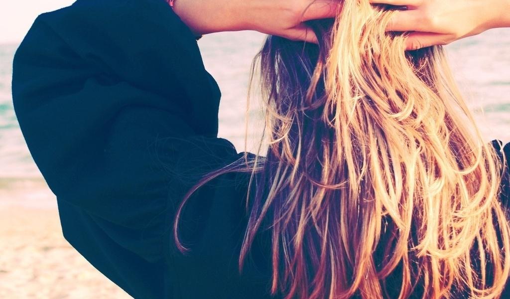 фото блондинка вид с зади