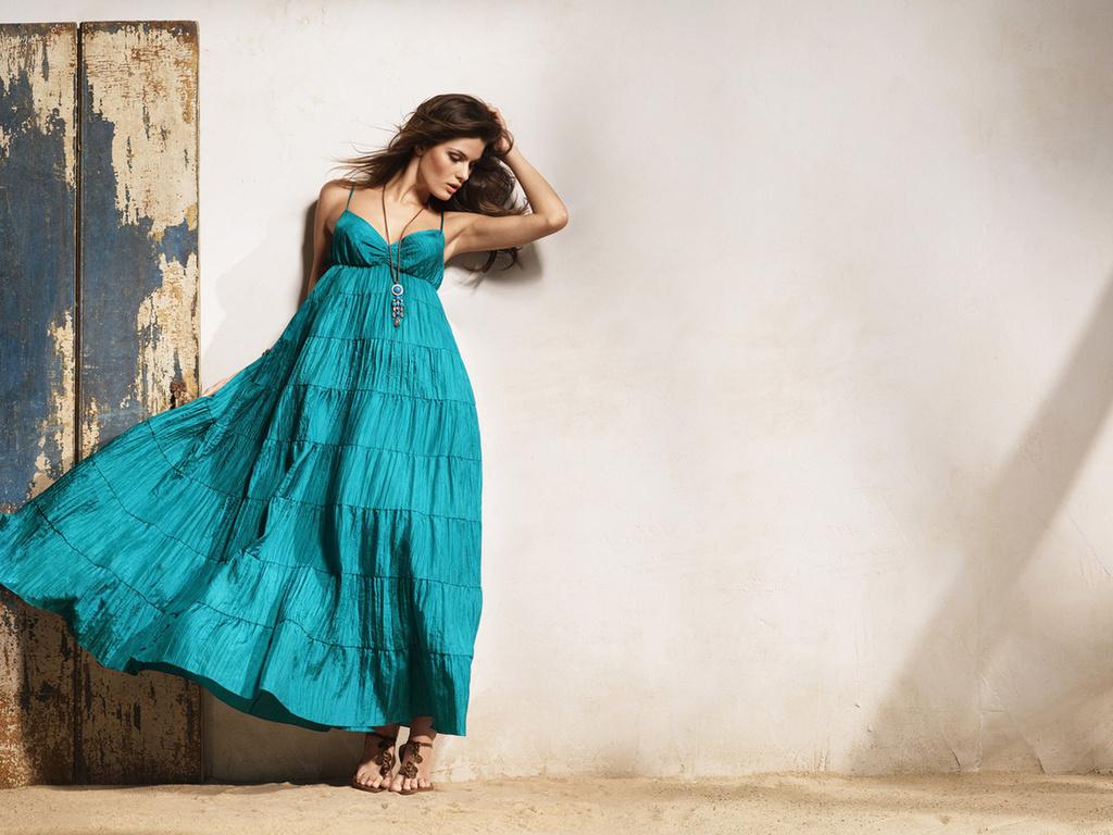 Девушка в платье в полный рост фото