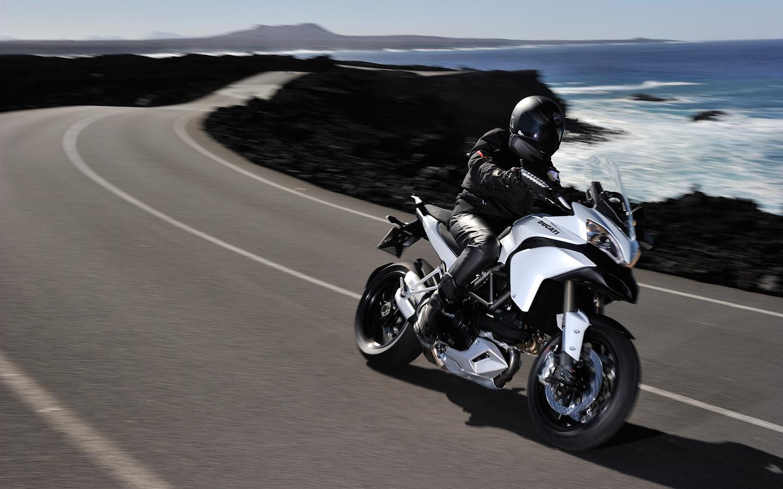 ducati multistrada 1200 s, ducati, дукати, белый, дорога, пилот, шлем, скорость, дизайн, техно, италия
