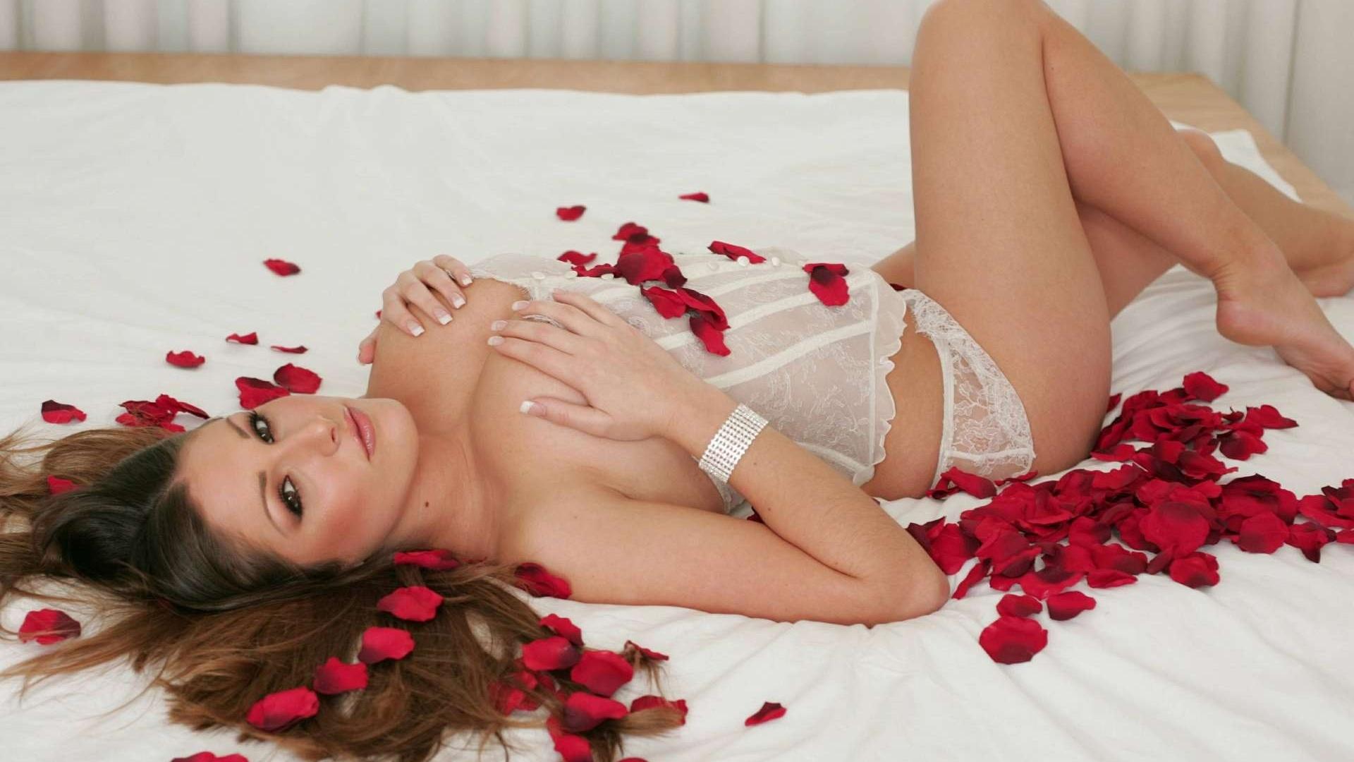 Красивый романтический секс с розами