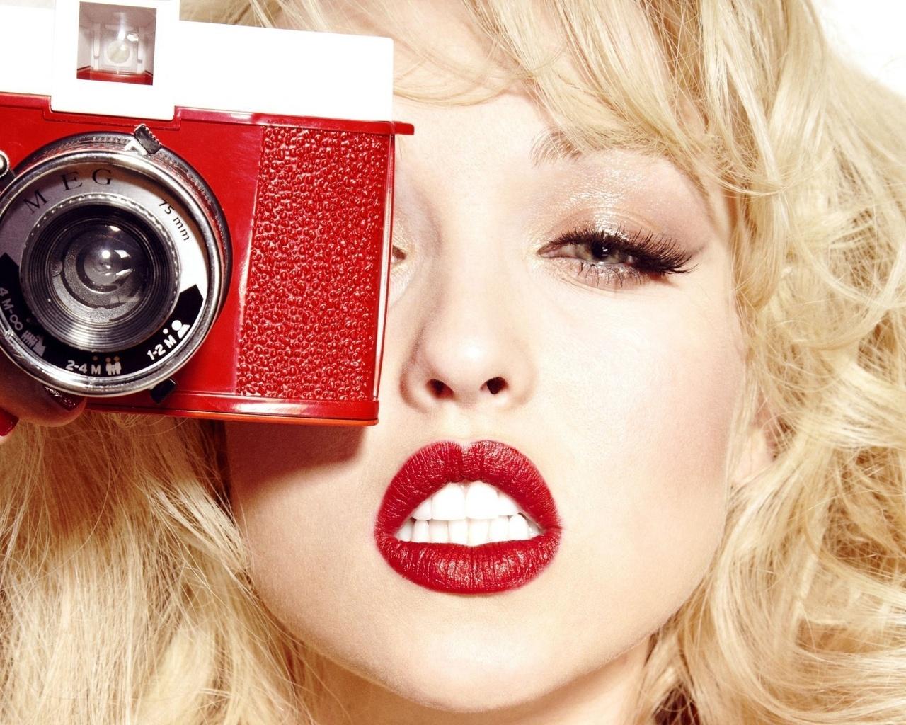 Фото девушки губы красные блондинка