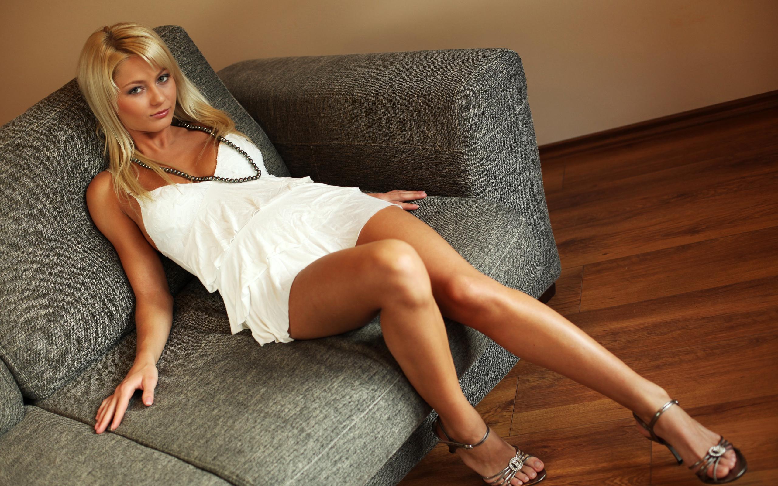 Фото блондинка на белом диване 13 фотография