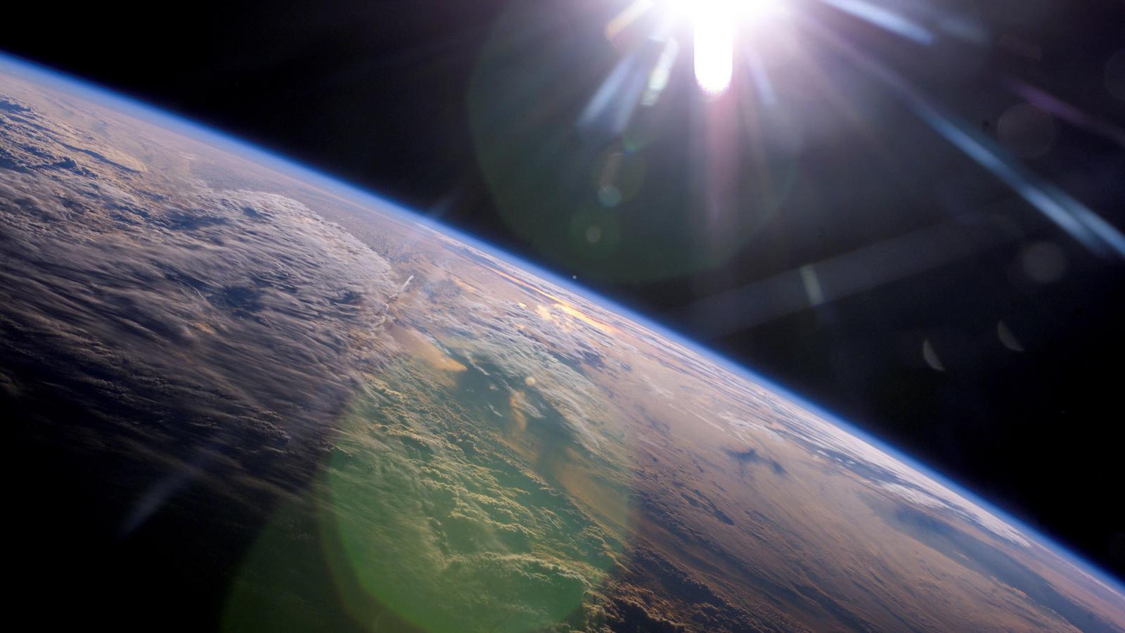Земля, лучи, облака, солнце